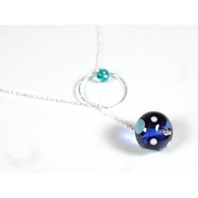 Collier O'perle, bleu doux transparent à pois